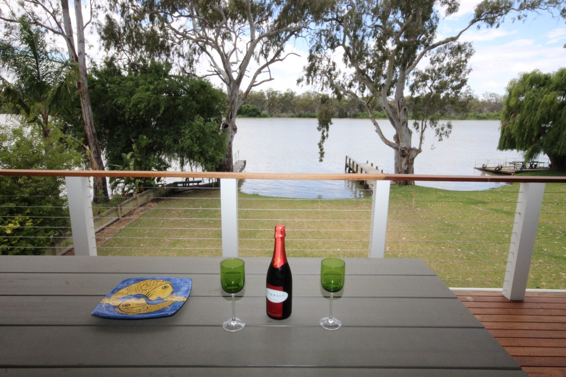 RIVERFRONT HOLIDAY HOME - TAKE A BREAK IN MANNUM (HOLIDAY RENTAL)