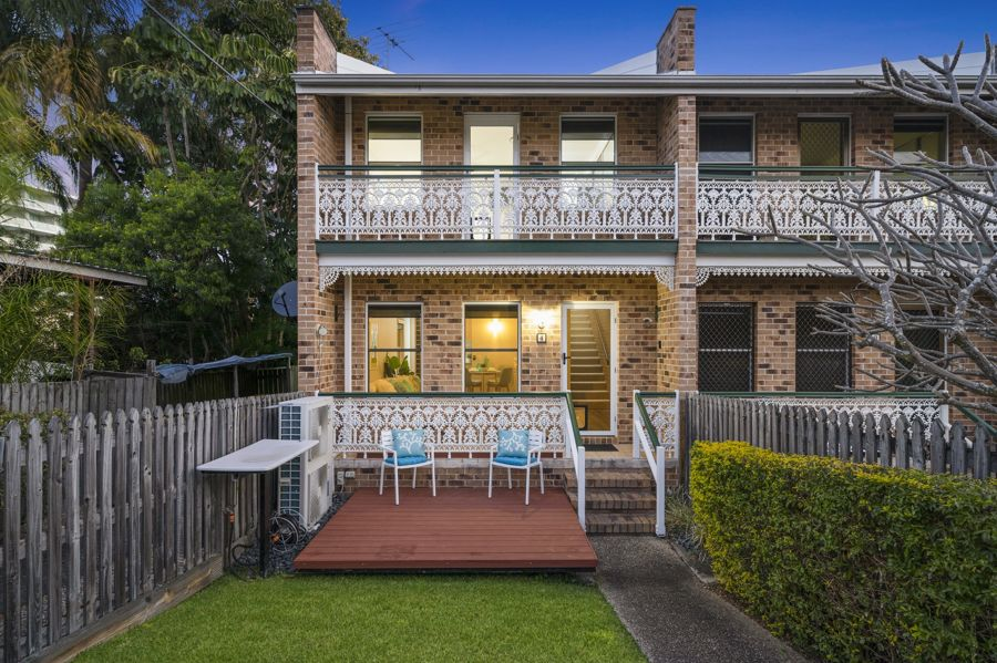 IMMACULATELY RENOVATED TOWNHOUSE WITH NE ASPECT