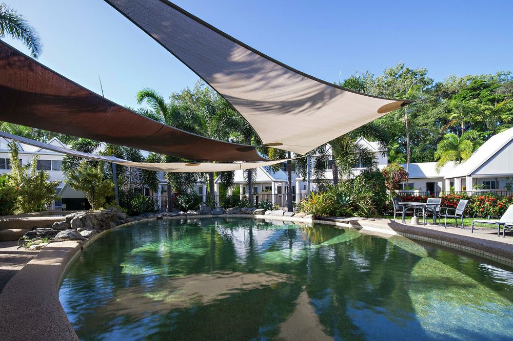 Single storey villa overlooking the swimming pool
